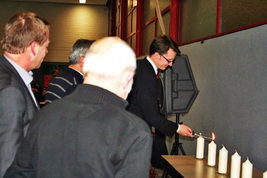 Sven Wolf MdL beim Anzünden der Kerzen.