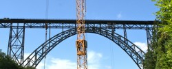 Die Müngstener Brücke mit einem Baukran davor