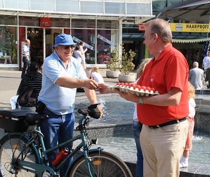 Ernst-Wolf verteilt an Radfahrer