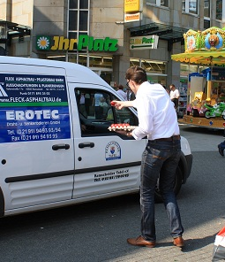 Sven Wolf verteilt an Fahrzeug der Tafel