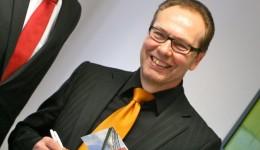 Dr. Christian Henkelmann unterzeichnet für die Müngstener Brücke