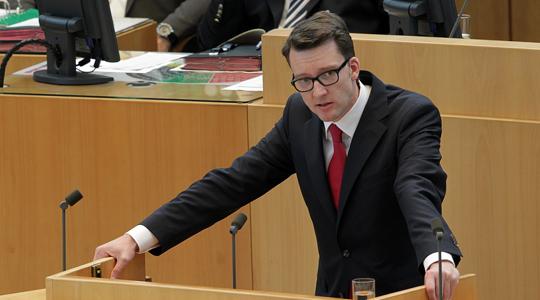 Sven Wolf am Rednerpult während Plenardebatte im Juli 2011