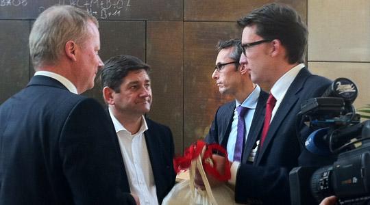 Sven Wolf übergibt die Müngstener Brücke Aktions-Postkarten der Deutschen Bahn