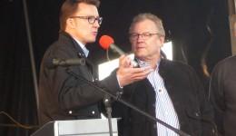 Sven Wolf mit Horst Kläuser auf der Bühne in Remscheid