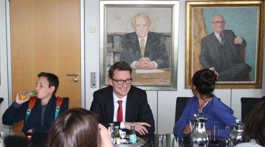 Sven Wolf mit israelischer Austauschgruppe in der Staatskanzlei