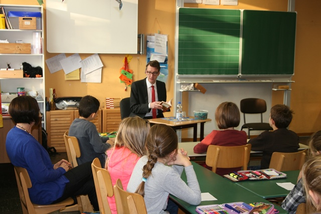 Sven Wolf beim Vorlesen in der Grundschule Hasenberg.