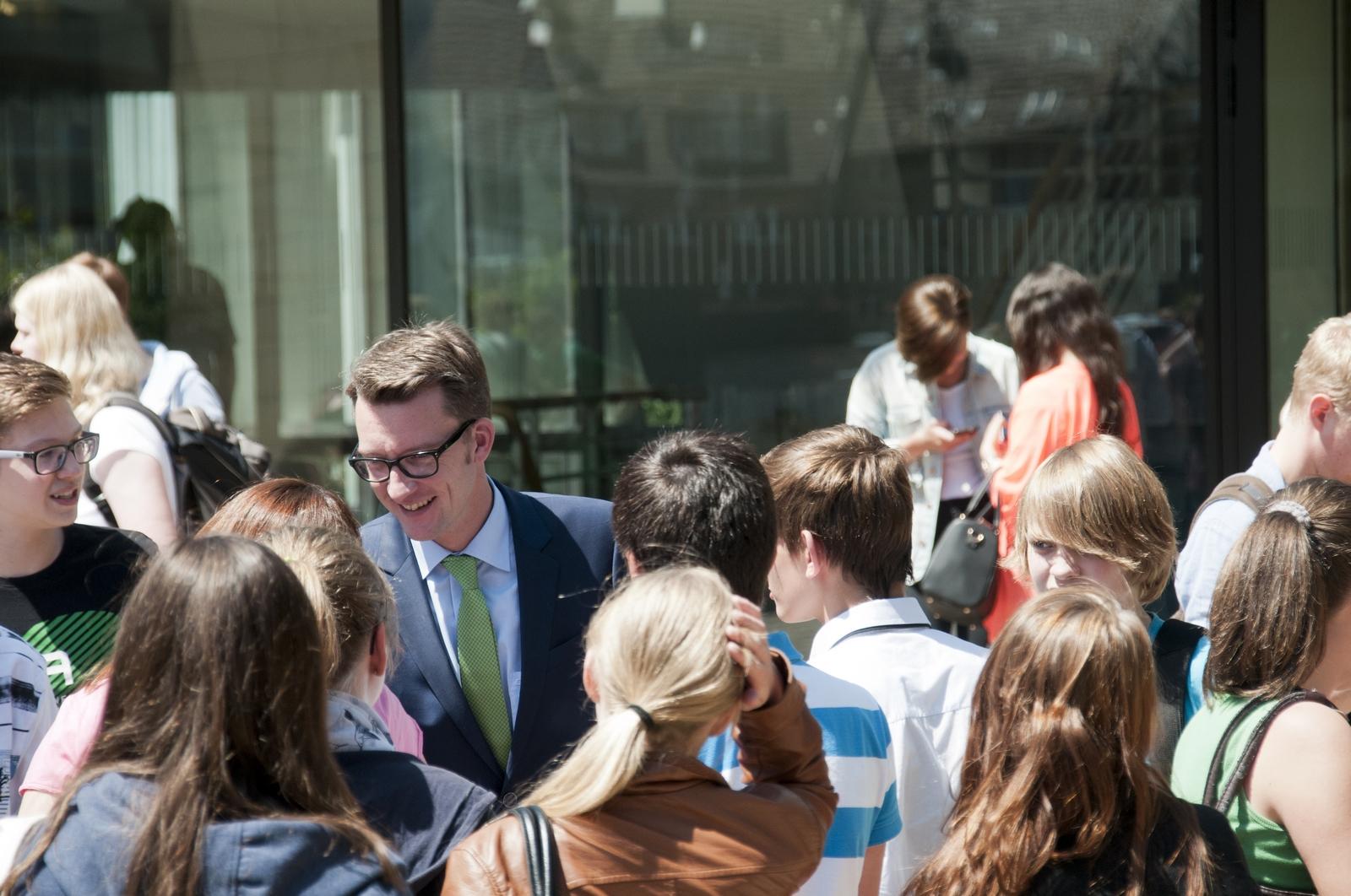 Sven Wolf mit Schülern