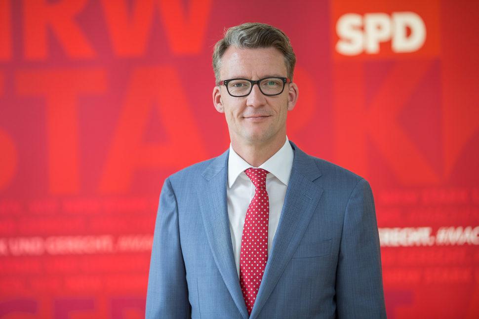 Sven Wolf vor dem Büro SPD-Fraktion im Landtag von NRW.
