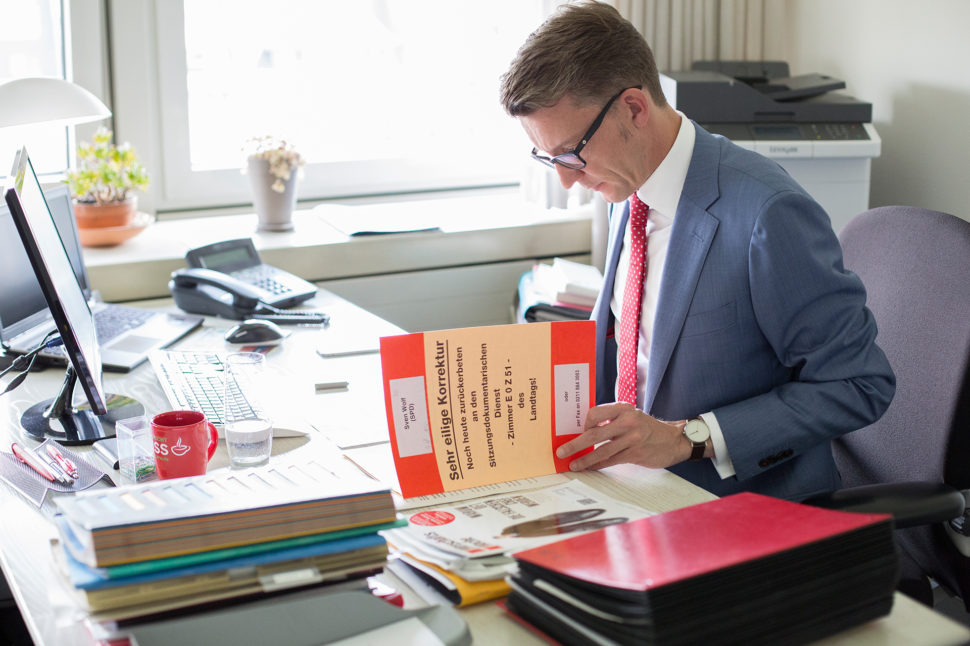 Sven Wolf in seinem Landtagsbüro